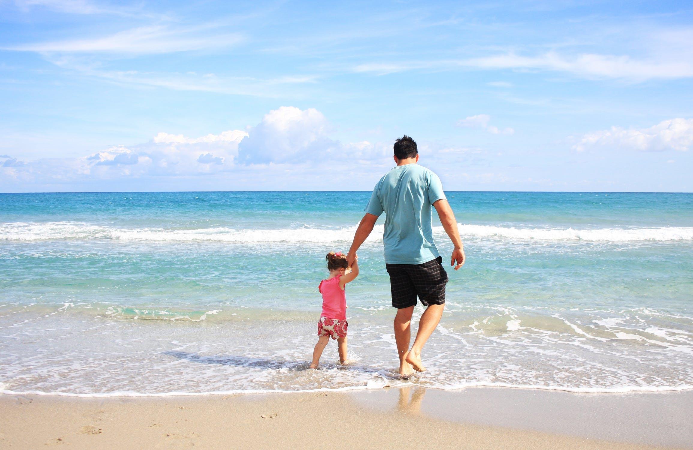 Dziecko z ojcem na plaży