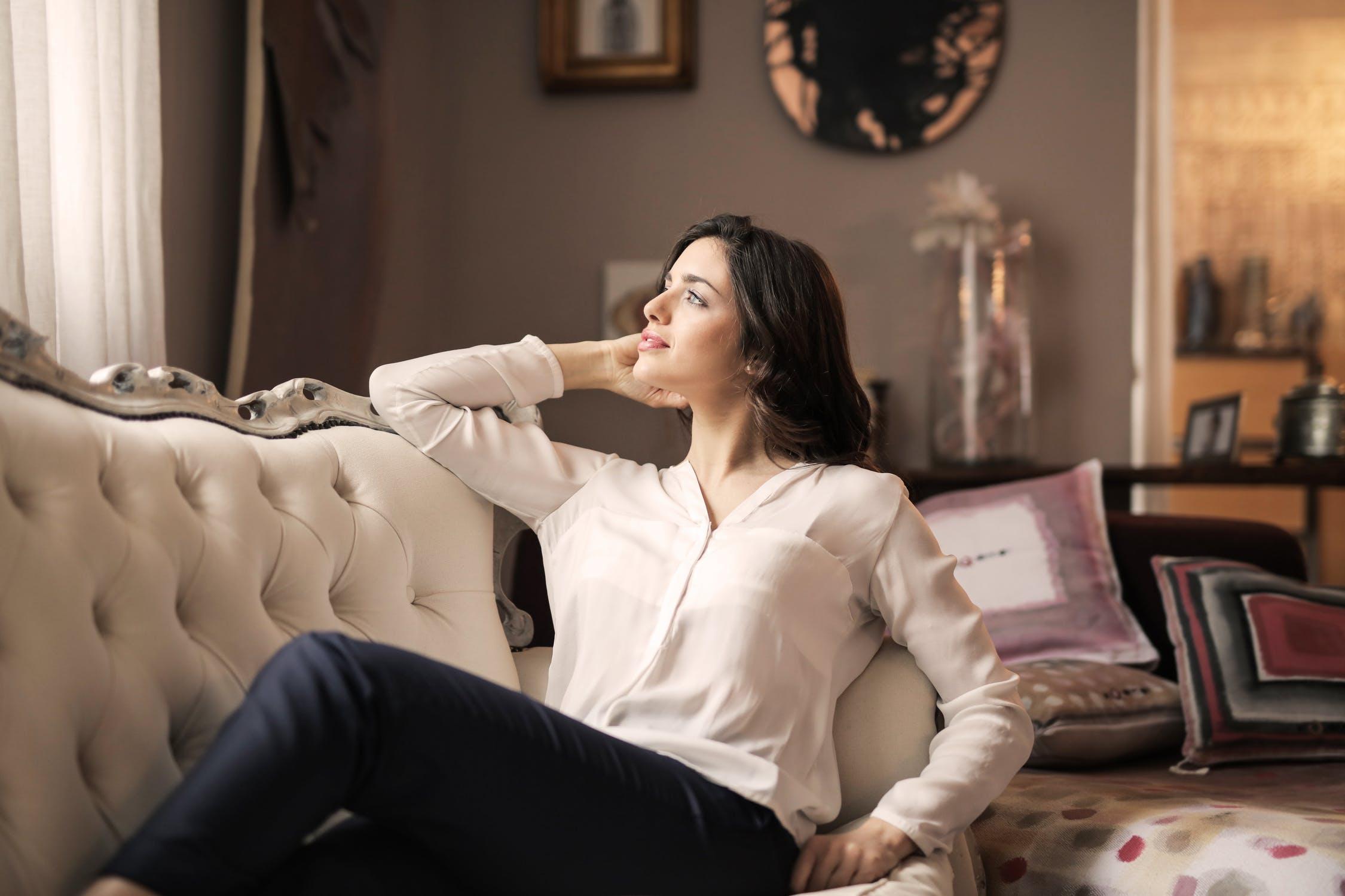 Luksusowy dom i kobieta w fotelu